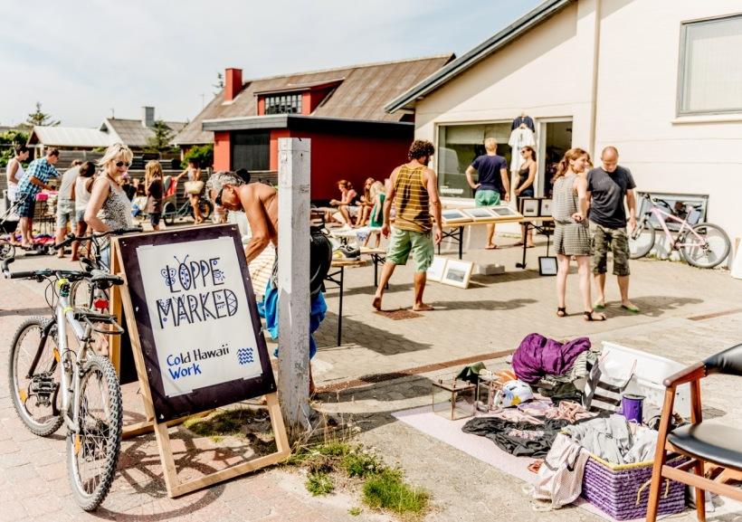 Loppemarked på en varm sommerdag LOPPEMARKED COWORK KLITMØLLE